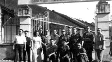 Miembros del Cuerpo a la puerta del hospital