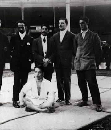 Raku (en el centro) y su ayudante (sentado) antes de un combate de exhibición en Bilbao