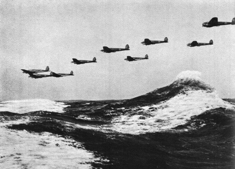 Una escuadrilla alemana cruzando el canal de la Mancha a baja altitud para bombardear Inglaterra